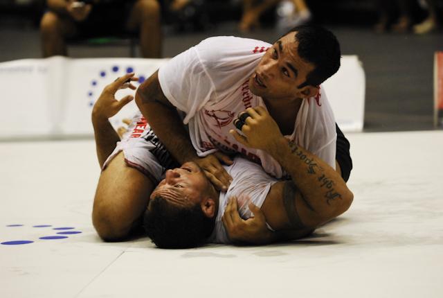 Aprenda a botar para dormir no triângulo, com a fera do UFC Fabricio Werdum