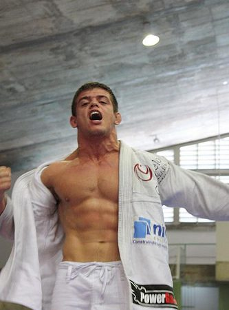 Sweep from spider-guard like World Pro-qualified Caio Magalhães