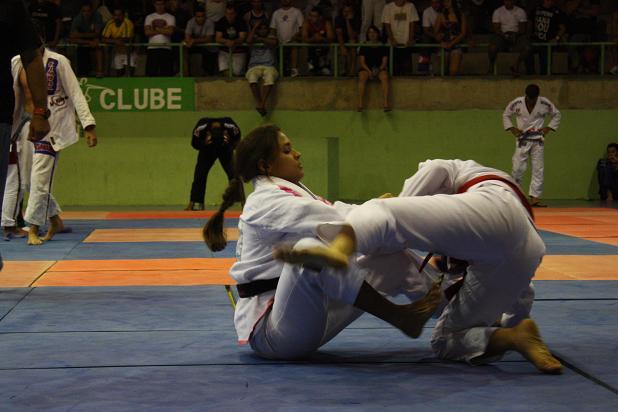 Uma aula de Jiu-Jitsu, pressão e guarda com Marina Ribeiro e Luanna Alzuguir em Gramado