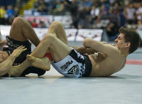 O campeão de Jiu-Jitsu Rafael Mendes ataca o pé no ADCC 2011. Foto: John Lamonica.