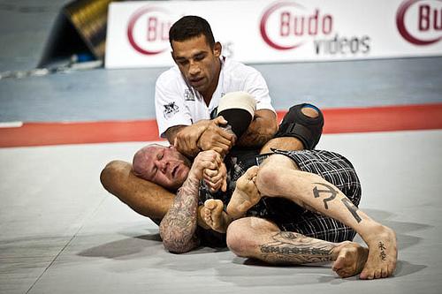 Werdum ataca o braço no último ADCC, na Inglaterra, contra Jeff Monson. Foto: GRACIEMAG.com.