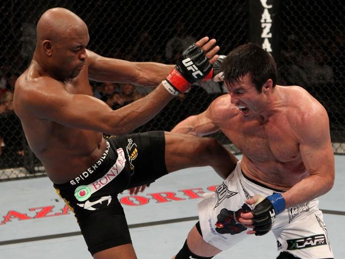 O duelo histórico entre Chael Sonnen e Anderson Silva, em agosto de 2010. Foto: Josh Hedges.