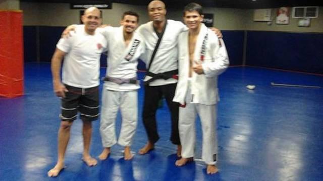 Anderson Silva já afia o Jiu-Jitsu para Sonnen