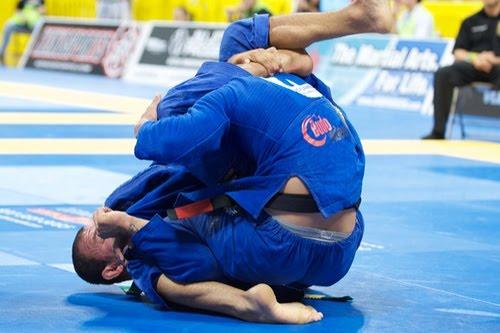 No triângulo, reduza o espaço entre sua perna e o pescoço do rival
