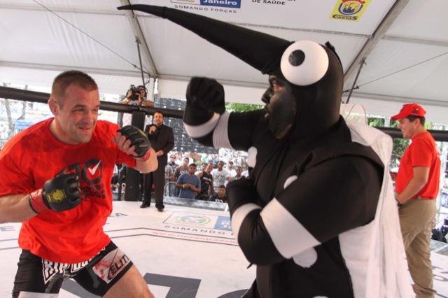 Sob aplausos de ministro, Glover despacha Ricco e governo quer mais MMA