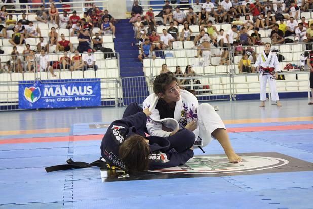 Luta dura entre Bia e Nicolini. Foto: Carlos Ozório.