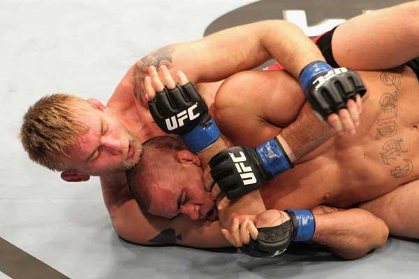 Se o oponente der bobeira, vá da meia-guarda para as costas