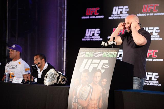 Um repórter penetra na coletiva do UFC