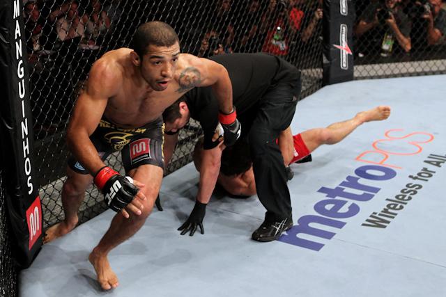 Com Chad Mendes nocauteado, Zé Aldo corre para a galera no UFC Rio
