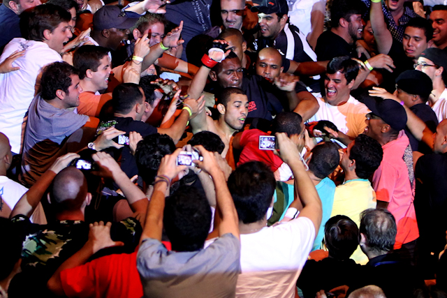 Jose Aldo vai para a galera em UFC Rio cheio de Jiu-Jitsu