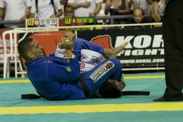 Raphael Abi-Rihan controla o braço de Filipe Jerry na campanha rumo ao ouro no Brasileiro de Jiu-Jitsu 2009. Foto por Gustavo Aragão.