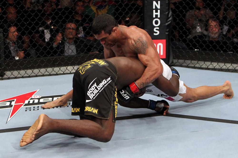 "Vitor Belfort trabalha o Jiu-Jitsu antes de finalizar Anthony ""Rumble"" Johnson no UFC 142, no Rio. Foto: Josh Hedges/UFC/Zuffa."