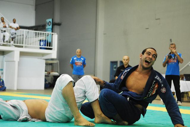 Bernardo Faria celebra no Sul-Americano de Jiu-Jitsu. Foto: Ivan Trindade.