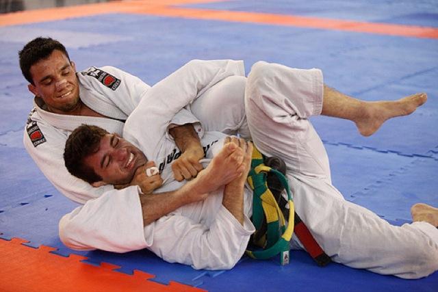 Bruno Frazatto atacando as costas no Jiu-Jitsu esportivo. Foto de Ivan Trindade.