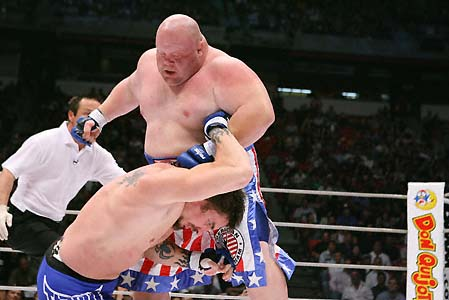 Fera do boxe, Butterbean espanca mais um incauto no Japão. Mas o Jiu-Jitsu pode vencê-lo. Foto de Susumu Nagao.