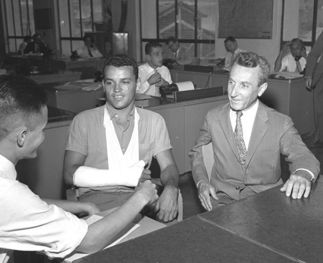Carlos Gracie e seu filhão Carlson dão entrevistas. Foto: Arquivo O Globo