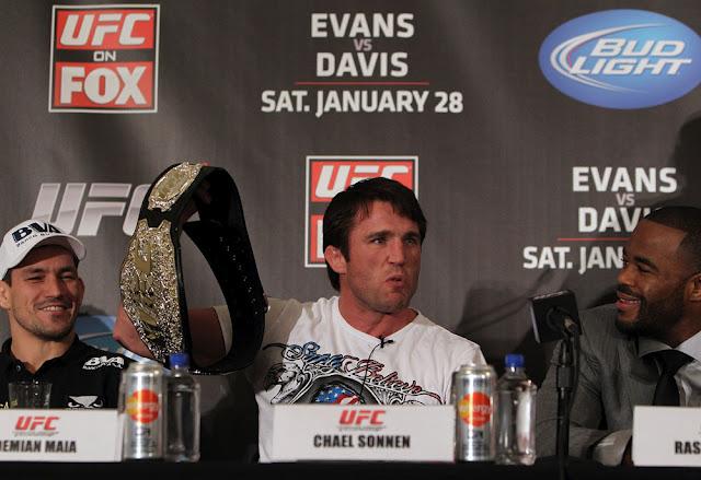 Chael Sonnen brinca com a réplica do cinturão que levou, entre Demian Maia e Rashad Evans, na coletiva do UFC on Fox 2.