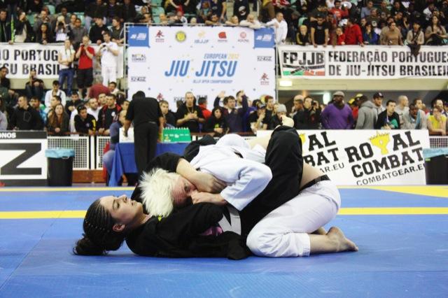 Duas atletas dando tudo de si no Europeu de Jiu-Jitsu 2012, em Lisboa, Portugal