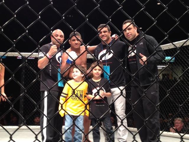 Gilbert Durinho comemora vitoria no MMA com a familia Belfort na grade. Foto: Divulgação.