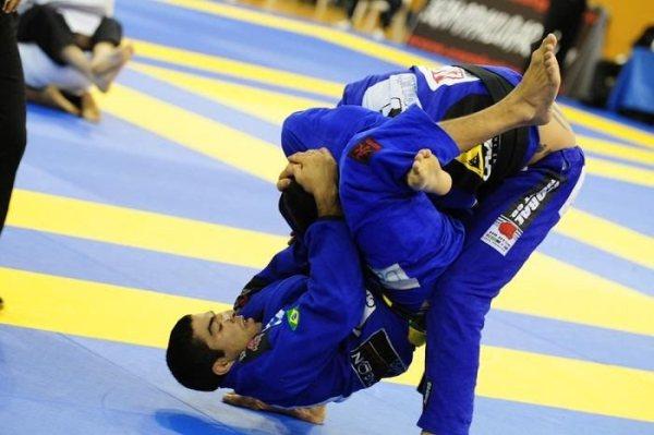 Jiu-Jitsu: que tal ficar craque no triângulo com o pé na lapela?