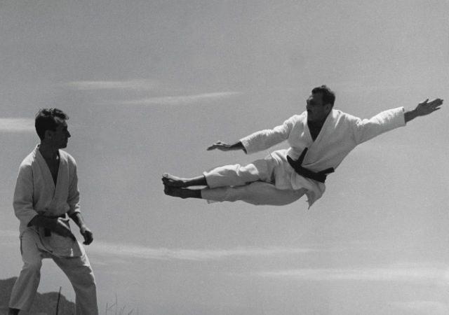 Helio Gracie usa seu chute duplo como voadora em Carlos Gracie: técnica do Jiu-Jitsu. Foto por José Medeiros/Arquivos