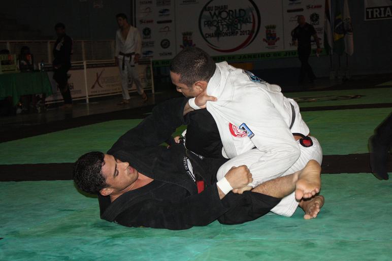 Vinicius Marinho contra Davi Ramos. Foto: Carlos Ozório