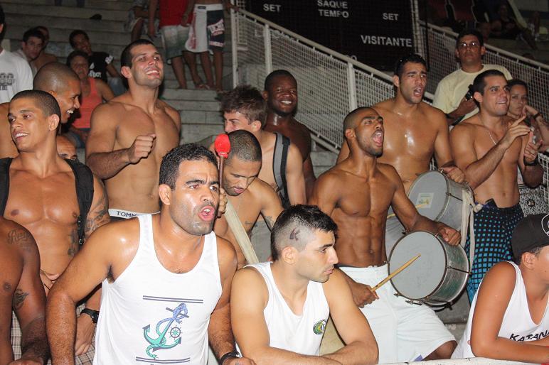 Na batucada, galera da GFTeam comemora os resultados. Foto: Carlos Ozório.