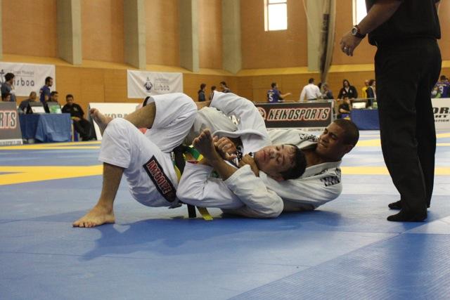 O estrangulamento arco e flecha que valeu ouro no Jiu-Jitsu