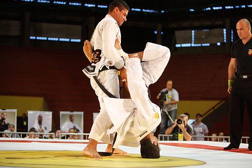 Com bom Jiu-Jitsu, JT segurou a guarda de Lo em Porto Alegre. Foto: Ivan Trindade.
