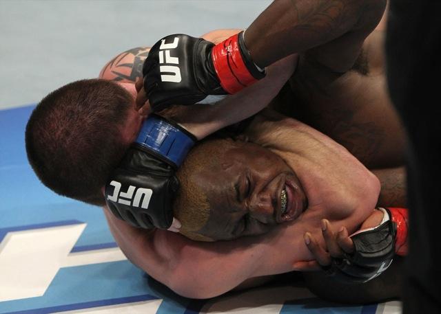Faixa-preta de Jiu-Jitsu, Jim Miller controla Melvin Guillard antes de arrochar o mata-leão. Foto: Josh Hedges/UFC.jpg