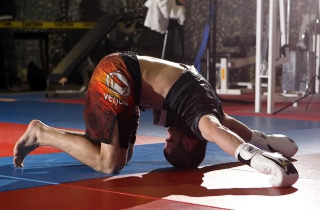 O faixa-preta de Jiu-Jitsu Jim Miller alonga durante o treino aberto do UFC on FX, em Nashville. Foto de Josh Hedges/Zuffa LLC.