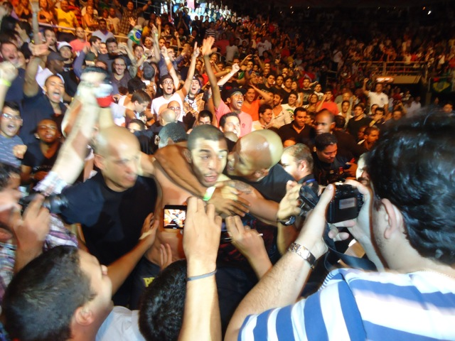 Jose Aldo toma golpe de Jiu-Jitsu (mata leão) do seguranca do UFC 142