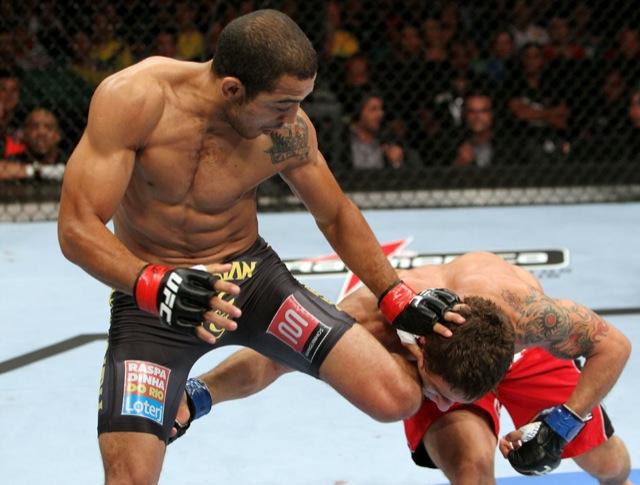 José Aldo trava Chad Mendes no UFC 142, antes do nocaute na luta principal do evento no Rio.