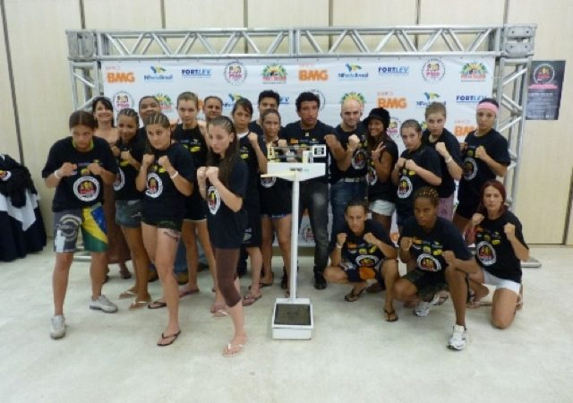 MMA feminino promissor na pesagem do Pink Fight