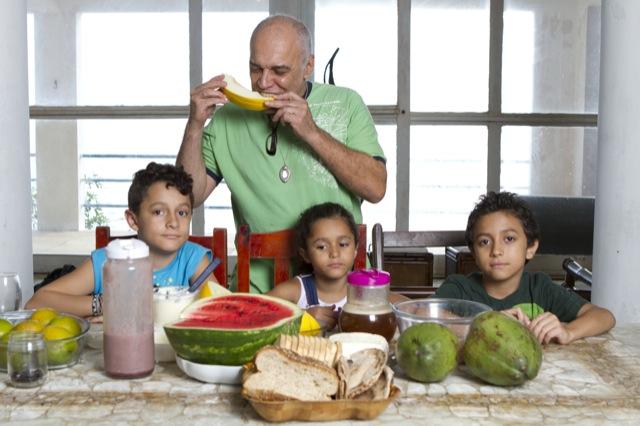 Marco Imperial em mesa rica em alimentos da Dieta Gracie: o Jiu-Jitsu começa pela boca. Foto por Gustavo Aragão.
