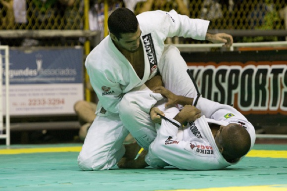 Nivaldo por cima de Serginho Moraes em campeonato de Jiu-Jitsu no Rio.