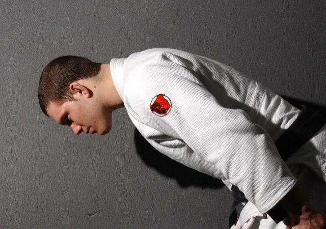 Ricardo Almeida cumprimenta, como num treino de Jiu-Jitsu. Foto: Gustavo Aragão.