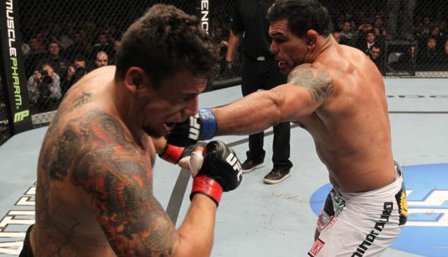 Campeão de Jiu-Jitsu, Rodrigo Minotauro sobrava contra Frank Mir, no UFC 140. A luta desandaria ainda no primeiro assalto. Foto: UFC/Zuffa.