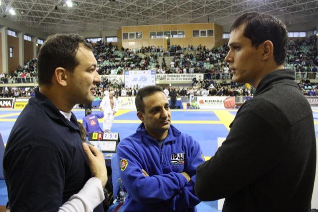 Roger fala de Jiu-Jitsu com os organizadores Kiko e André Fernandes. Foto: Raphael Nogueira