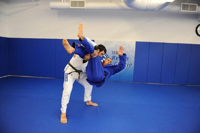 O Jiu-Jitsu começa em pé, mas pode terminar no armlock