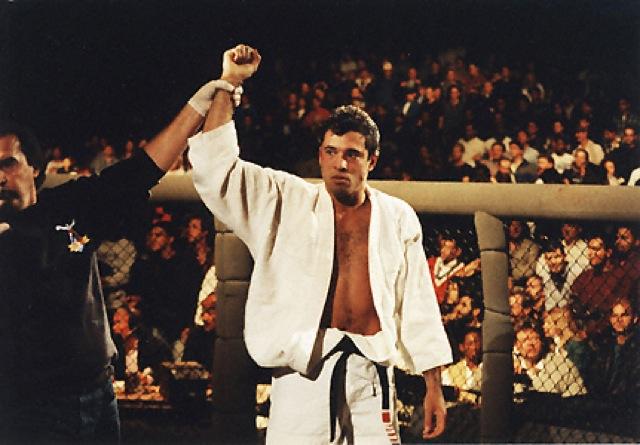 Royce comemora vitoria no UFC 1 em-foto-de-Susumu-Nagao