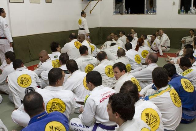 Royler Gracie, ainda faixa-preta de Jiu-Jitsu, no dojo lotado da Gracie Humaita