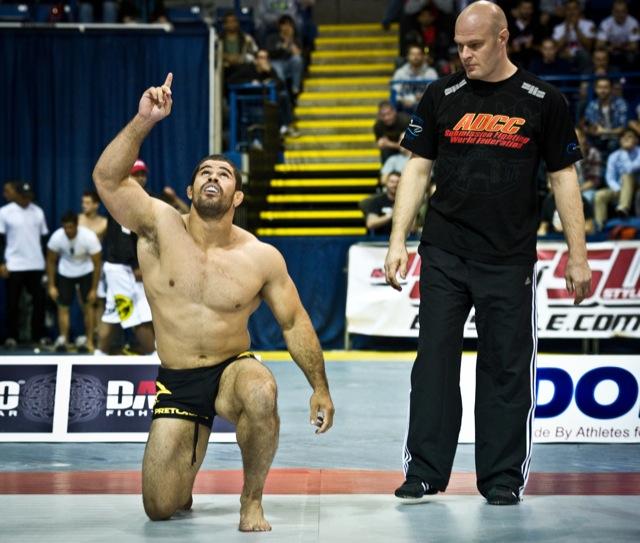 """Faixa-preta de Jiu-Jitsu, Rousimar """"Toquinho"""" Palhares comemora mais uma finalização no ADCC 2011, torneio de luta agarrada. Foto: Dan Rod"""