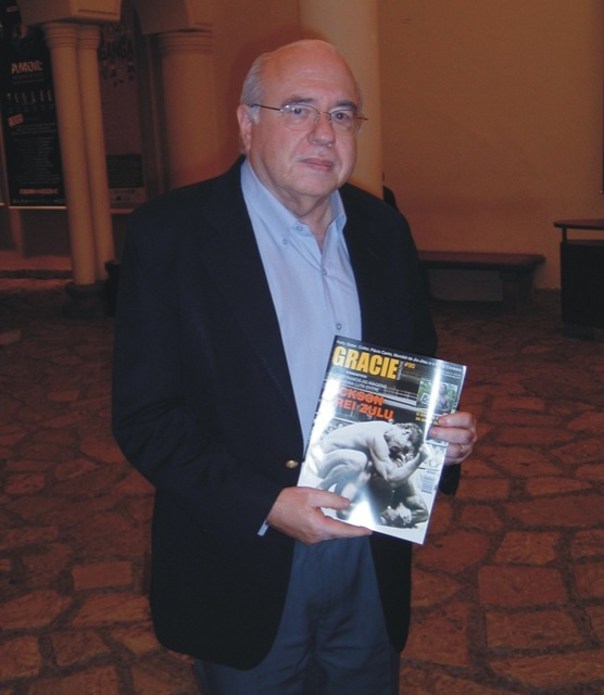 Verissimo with a copy of GRACIEMAG in hand: the master was always clued in to fighting. Photo: Raphael Nogueira.