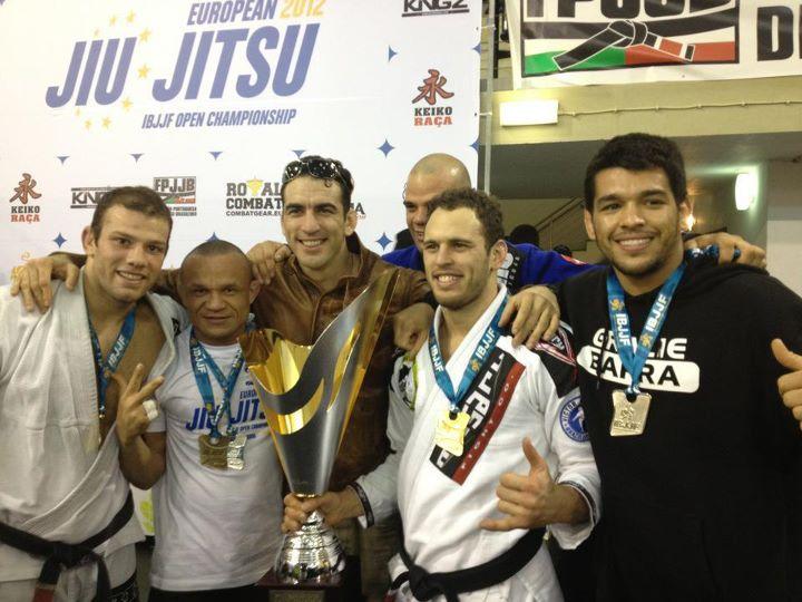 Victor Estima com trofeu na festa da GB em Lisboa, no Campeonato Europeu de Jiu-Jitsu 2012