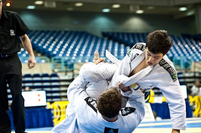 Tentativas de raspagens de meia-guarda são situações frequentes no Jiu-Jitsu, em treinos ou competições. Foto: Ivan Trindade/Pan 2011.