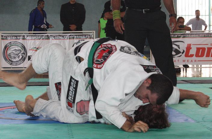 Rodolfo ataca da montada. Foto: Carlos Ozório