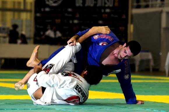 Augusto Tanquinho manobra no Sul Americano de Jiu-Jitsu, em foto de Hugo Valente