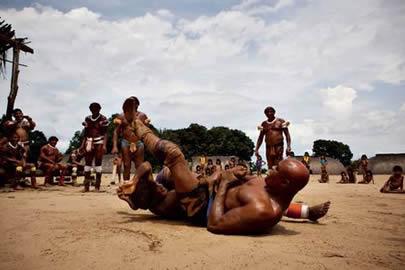 Anderson Silva encaixa o Jiu Jitsu no Xingu. Foto: PortalAmazonia.com