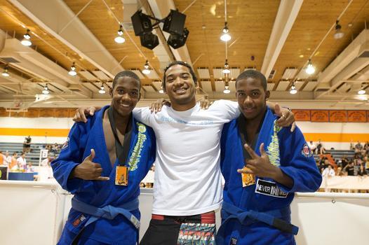 Ben Henderson entre os jovens irmãos Broadnax, em campeonato de Jiu-Jitsu no Arizona. Foto: Many Weapons.